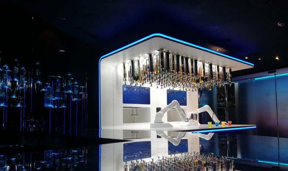 Bars, Dubai, Cavalli club, Technology, Robot bartender